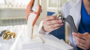 Totálna-endoprotéza-kĺbu-implantát