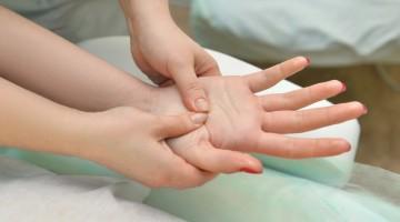 stuhnutosť prstov