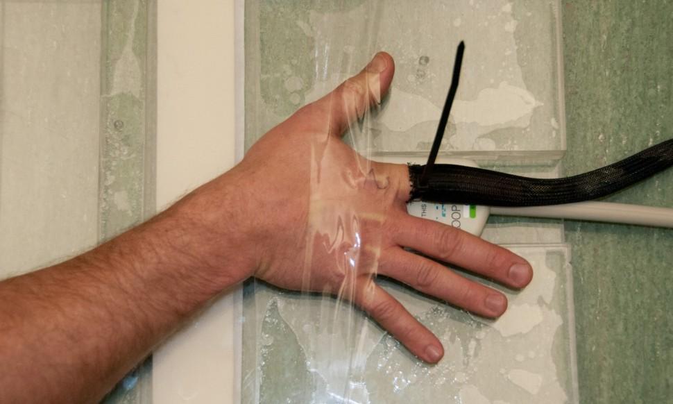Testovanie pukania kĺbov na prstoch na University of Alberta